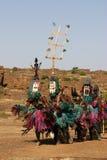 Verscheidene dansers Dogon met maskers stock afbeeldingen