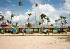 Verscheidene die hutten op het strand voor ontspanning en schuilplaats wordt gebruikt Stock Afbeelding