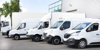 Verscheidene die vrachtwagens van auto'sbestelwagens in parkeerterrein voor huur worden geparkeerd royalty-vrije stock foto's