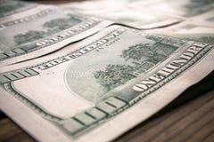 Verscheidene 100 dollarsbankbiljetten sluiten omhoog Stock Afbeeldingen
