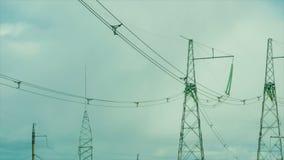 Verscheidene drijven lijnsteunen aan zijn op de achtergrond van het bewegen van wolken stock footage