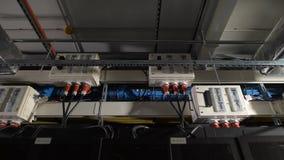 Verscheidene elektrische eenheden van energie zijn uitgerust met een binnen schakelaar, in bijlage onder het plafond in het indus stock footage