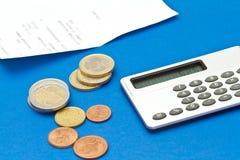 Verscheidene euro muntstukken, rekening en calculator Stock Afbeeldingen