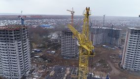 Verscheidene flatgebouwen in verschillende stadia van voltooiing stock videobeelden