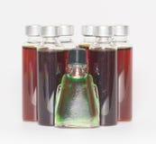 Verscheidene flessen vloeibare geneeskunde royalty-vrije stock afbeeldingen