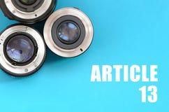 Verscheidene fotografische lenzen en artikel 13 inschrijving op blauw royalty-vrije stock fotografie