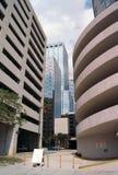 Verscheidene gebouwen de stad in, straatniveau Royalty-vrije Stock Fotografie