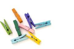 Verscheidene gekleurde linnenwasknijpers op wit Royalty-vrije Stock Afbeeldingen