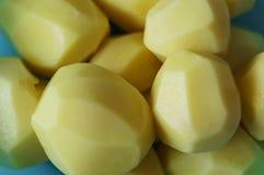 Verscheidene gepelde aardappels royalty-vrije stock afbeelding