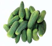 Verscheidene groene komkommer op een witte achtergrond Stock Foto's