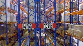 Verscheidene halfvolle rijen van het pakhuisrek in een vooraanzicht stock videobeelden