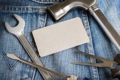 Verscheidene hulpmiddelen op een denimarbeiders in eigen zak steken Royalty-vrije Stock Afbeelding