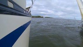 Verscheidene jachten heffen de zeilen op en varen de volle zee stock videobeelden