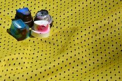 Verscheidene kappen voor de gebruikte die spuitbussen van de aërosolverf liggen op het sportenoverhemd van een basketbalspeler va royalty-vrije stock afbeeldingen