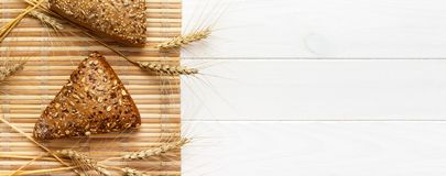 Verscheidene klein multikorrel driehoekig gevormd die brood met gehele zonnebloemzaden wordt bestrooid banner voor reclame en ont stock afbeeldingen