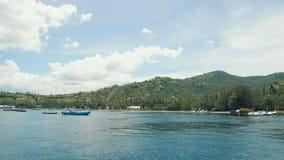 Verscheidene kleine boten legden dicht bij het mooie tropische eiland vast Grote baai met duidelijk blauw water in de oceaan meer stock videobeelden