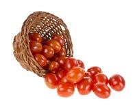 De tomaten die van de druif van mand morsen stock fotografie