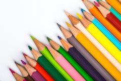Verscheidene kleuren potloden op een Witboekblad Royalty-vrije Stock Foto