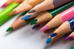 Verscheidene kleuren potloden op een Witboekblad Royalty-vrije Stock Fotografie