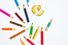 Verscheidene kleurpotloden en spaanders op witte achtergrond met mede Royalty-vrije Stock Fotografie