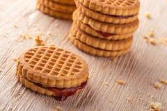 Verscheidene koekjes met rode eigengemaakte marmelade Stock Afbeeldingen