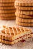 Verscheidene koekjes met rode eigengemaakte marmelade op lichte houten raad Royalty-vrije Stock Afbeelding
