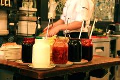 Verscheidene kruiken jam in de keukencafetaria Royalty-vrije Stock Afbeelding