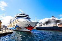 Verscheidene kruisen schepen in haven, Noorwegen Royalty-vrije Stock Foto's