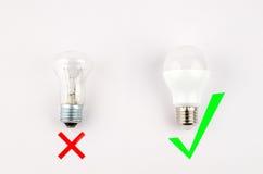 Verscheidene LEIDENE energie - besparings gloeilampen over oude gloeiend, gebruik van economisch en milieuvriendelijk licht royalty-vrije stock foto's