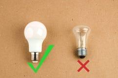 Verscheidene LEIDENE energie - besparings gloeilampen over oude gloeiend, gebruik van economisch en milieuvriendelijk licht stock foto's