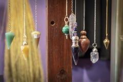 Verscheidene Mooi Crystal Pendulums Hanging op Vertoning stock foto's