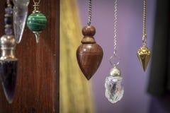 Verscheidene Mooi Crystal Pendulums Hanging op Vertoning royalty-vrije stock afbeeldingen