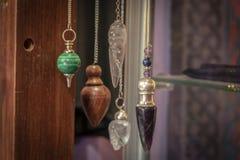 Verscheidene Mooi Crystal Pendulums Hanging op Vertoning stock fotografie