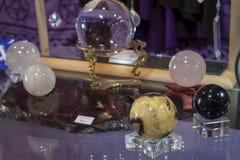 Verscheidene Mooi Helend Crystal Balls op Vertoning stock afbeelding