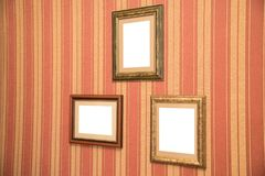 Verscheidene mooie kaders voor foto's van goud op een gestreepte rode wal Royalty-vrije Stock Fotografie