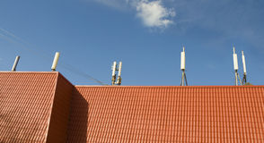 Verscheidene netwerk mobiele antennes op één dak  Stock Foto's