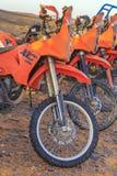 Verscheidene oranje motoren in de Sahara verlaten royalty-vrije stock fotografie