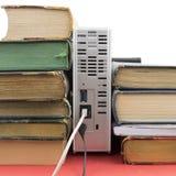 Verscheidene oude boeken en netwerk harde aandrijving stock foto