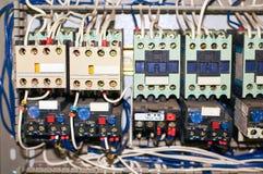 Verscheidene oude relais met verbonden gekleurde draden stock foto