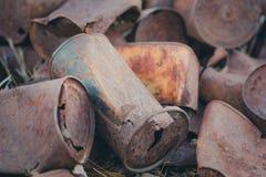 Verscheidene oude roestige recyclingsblikken stock afbeeldingen
