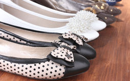 Verscheidene paren vrouwelijke vlakke schoenen Royalty-vrije Stock Foto