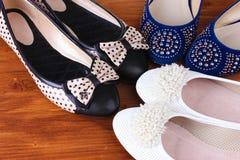 Verscheidene paren vrouwelijke vlakke schoenen Royalty-vrije Stock Afbeeldingen