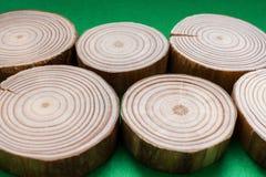 Verscheidene pijnboom zag besnoeiingen op groene achtergrond liggen Selectieve nadruk Stock Fotografie