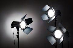 Verscheidene reflectors op de zwarte achtergrond in fotostudio Stock Fotografie