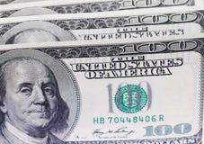 Verscheidene rekeningen van honderd dollars vatten achtergrond samen Stock Fotografie