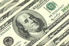 Verscheidene rekeningen van honderd dollarsachtergrond Stock Foto's