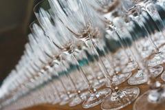 Verscheidene rijen ontruimen, maken glazen voor wijn en champagne op teller schoon die op dranken wordt voorbereid royalty-vrije stock foto