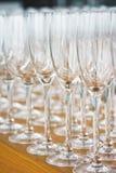 Verscheidene rijen ontruimen, maken glazen voor wijn en champagne op teller schoon die op dranken wordt voorbereid royalty-vrije stock foto's