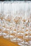 Verscheidene rijen ontruimen, maken glazen voor wijn en champagne op teller schoon die op dranken wordt voorbereid stock foto