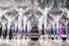 Verscheidene rijen ontruimen, maken glazen voor wijn en champagne op teller schoon die op dranken wordt voorbereid stock fotografie